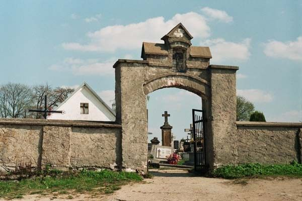 Swietokrzyskie lagow cmentarz brama 5184 32 600
