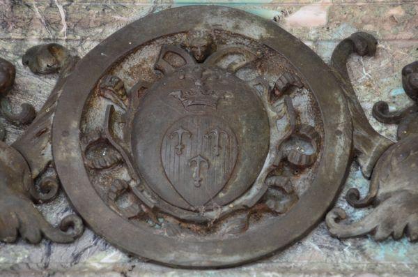 Zesp. pałacowy w Słomowie - kościół - herb Trzy Kotwice na drzwiach