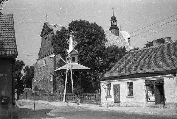 Fragment ulicy z widokiem na kościół - Ślesin - 000129n