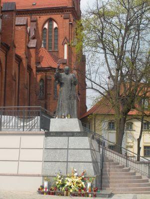 Pomnik Jana Pawła II przy Archikatedrze w Białymstoku (2011)