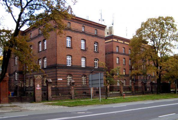 OPOLE budynek koszarowy XIXw ul Plebiscytowa 5 -widok z ulicy front. sienio