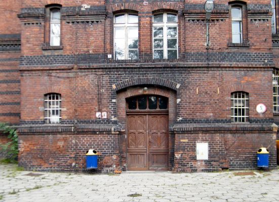 OPOLE budynek koszarowy XIXw ul Plebiscytowa 5 -wejście front. sienio