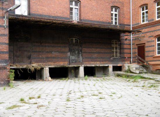 OPOLE budynek koszarowy XIXw ul Plebiscytowa 5 -rampa. sienio