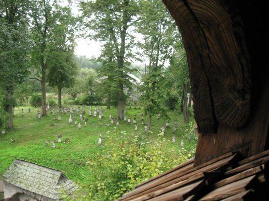 Widok z dzwonnicy na cmentarz w Radrużu