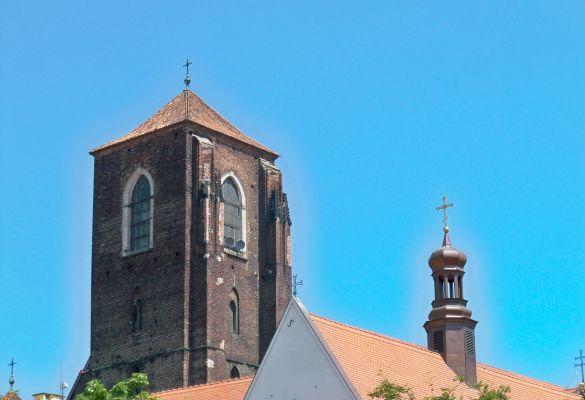Kościół nmp na piasku wieża z daleka