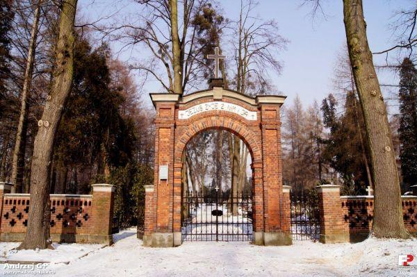 Pszczyna - cmentarz ewangelicki - brama główna