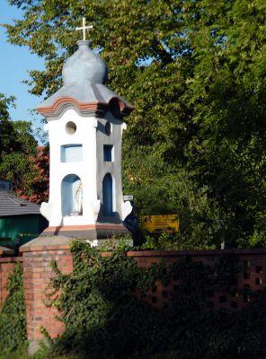 OPOLE cmentarz komunalny XIXw ul Harcerska -kapliczka przy ogrodzeniu mur XIXw. sienio