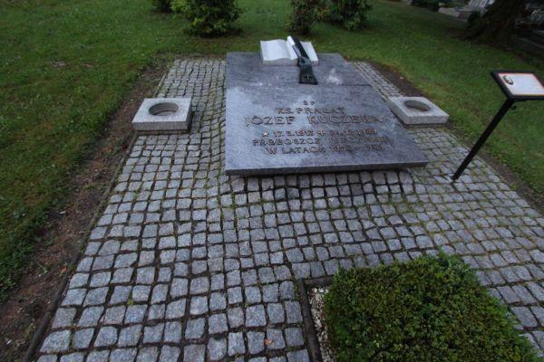 Grób ks. Józefa Kuczery (1913-1989)  w Pszczynie (św. Jadwiga)