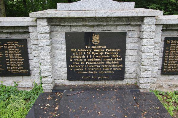 Tablica na pomniku na cmentarzu pod Trzema Dębami w Pszczynie