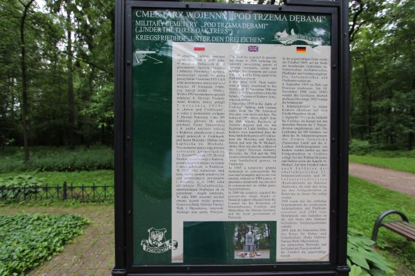Tablica informacyjna przy cmentarzu pod Trzema Dębami w Pszczynie