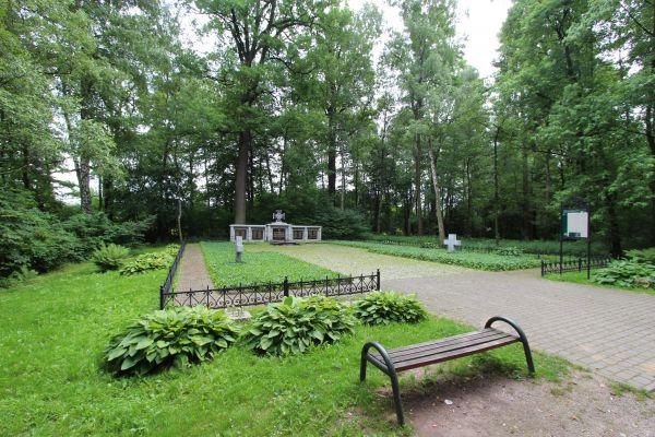 Cmentarz wojenny Trzy Dęby w Pszczynie - alejka