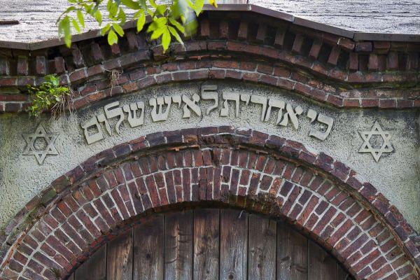 Pszczyna - cmentarz żydowski - napis na domu przedpogrzebowym