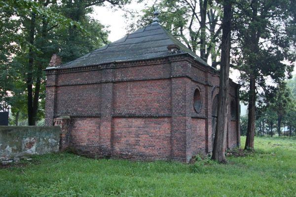 Dom przedpogrzebowy na cmentarzu żydowskim w Pszczynie - widok od cmentarza (pd)