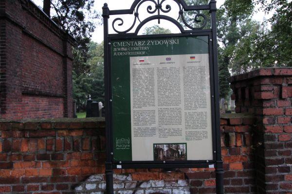 Tablica informacyjna przy cmentarzu żydowskim w Pszczynie