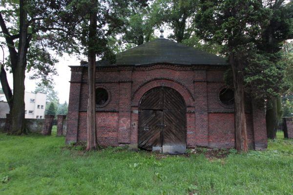 Dom przedpogrzebowy na cmentarzu żydowskim w Pszczynie - widok od cmentarza - wschód