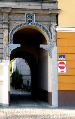 OPOLE fragment kamienicy nr 21 ul 1Maja - brama przejściowa. sienio