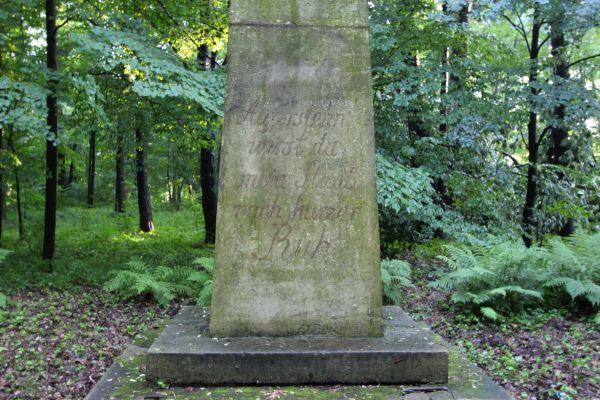 Napis na obelisku nad grobami Anhaltów w Pszczynie
