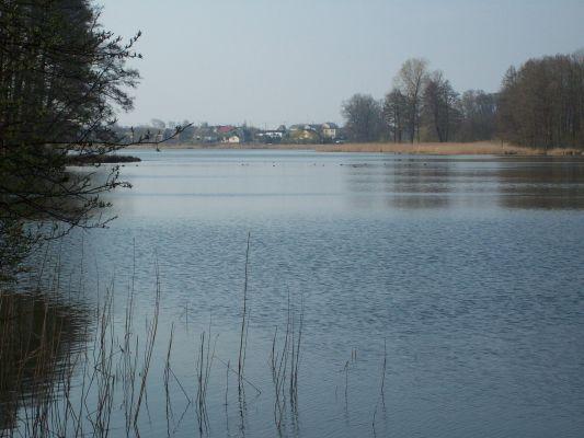 Jezioro Swiesz-w tle panorama wsi Swiesz