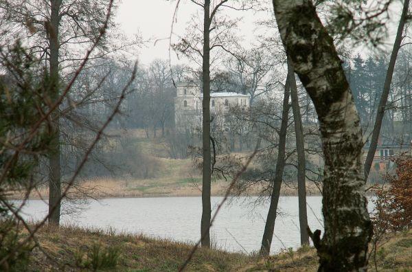 Palac w Swieszu-widok z drugiej strony-Jeziora-Swiesz od Lubsina