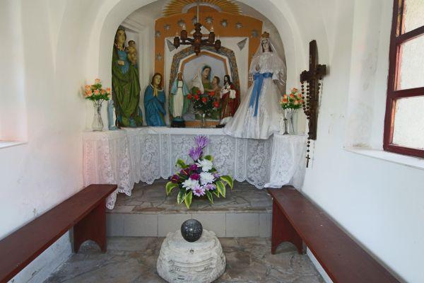 Ołtarzyk i kula armatnia w kapliczce w Podzamczu