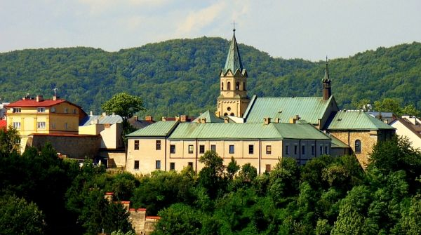 0010 Franziskanerkloster mit seiner Kirche an der sudstlichen Ecke vom Marktplatz in Sanok