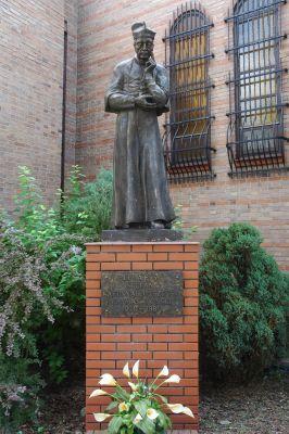 Pomnik Kardynala Stefana Wyszynskiego przy Kosciele Milosierdzia Bozego w Legionowie