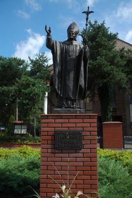 Pomnik Papieza Jana Pawla II przy Kosciele Milosierdzia Bozego w Legionowie