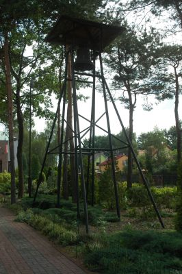 Stary dzwon przy Kosciele Milosierdzia Bozego w Legionowie