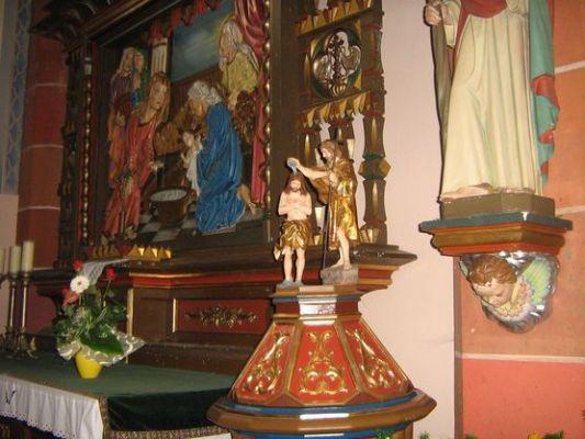 Chrzcielnica i ołtarz