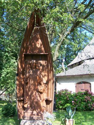 Drewniana figura św. Gertrudy przy kościele św. Gertrudy w Darłowie