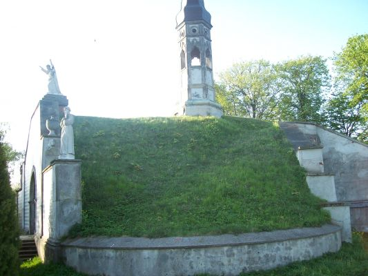 Kaplica cmentarna Karskich, kurhan