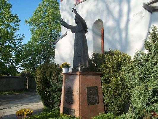 Włostów, pomnik JP II