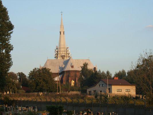 Kościół św. Marii Magdaleny w Chorzowie Starym od strony cmentarza