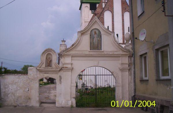 Brama wschodnia kościoła.