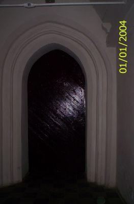 Drzwi wejściowe,jak widać,nie dla każdego stojące otworem.
