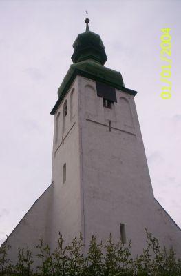 Wierza kościelna z charakterystycznym zielonym hełmem
