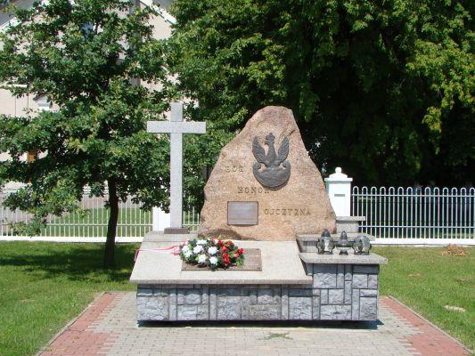 Łukowa - pomnik przed kościołem