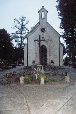 Zabytkowa kaplica na cmentarzu w Krzywosądzy