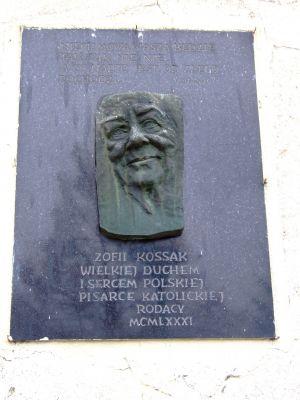 Tablica upamiętniająca Zofię Kossak na kościele Wszystkich Świętych w Górkach Wielkich