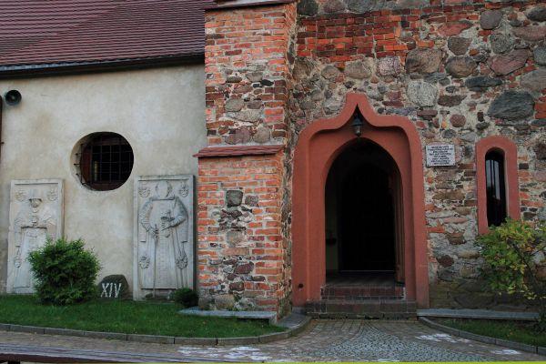 Jerzmanowa --Kościół Wszystkich Świętych- wejście -(zetem)