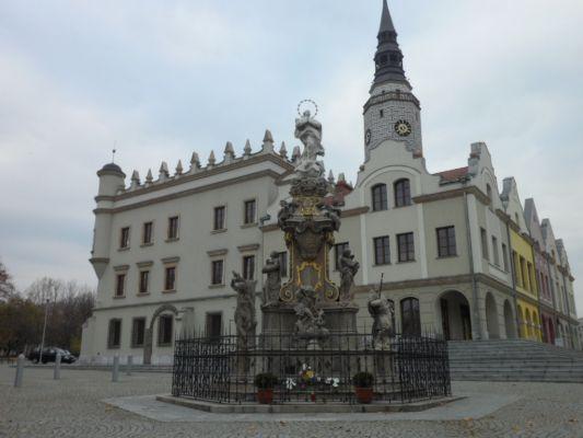 Leobschütz, Mariensäule und Rathaus