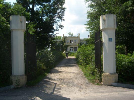 Pałac w Posadzie - brama