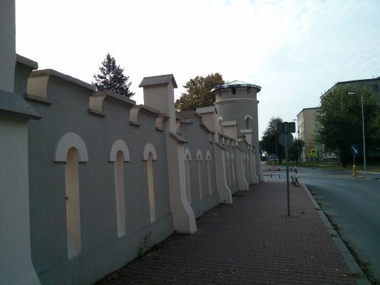 Końskie, Baszta I z 1840 i ogrodzenie od ul.Zamkowej 2014 09 30 by Jacmu