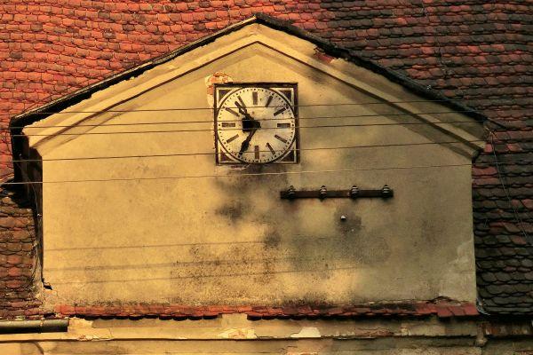 Świnino --Zespół pałacowy- zegar na budynku gospodarczym (zetem)