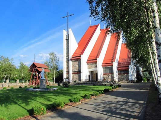 Kościół i zagospodarowany teren