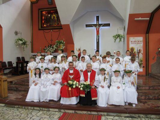 Ks. prałat Roman (po prawej), proboszcz parafii i ks. wikariusz Marek razem z nowo przyjętymi dziećmi