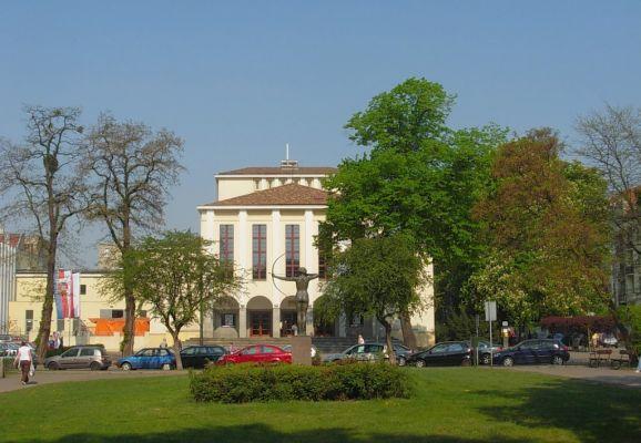 Park Kochanowskiego - teatr wiosna