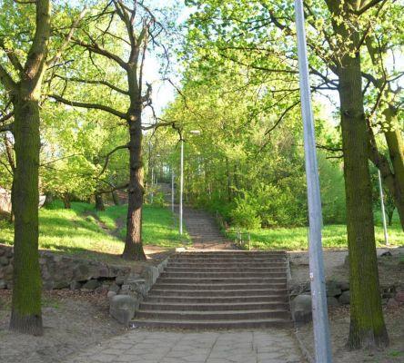 Park na Wzgórzu Wolności schody wiosna 2