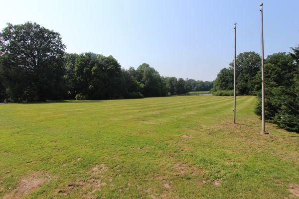 Park Zamkowy w Pszczynie - łąka przed pałacem