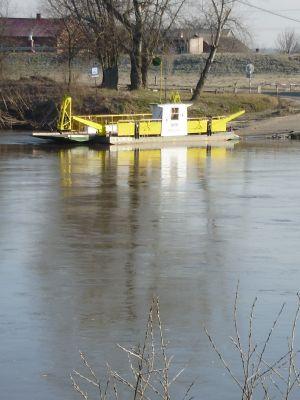 Prom na Sanie w m. Czekaj Pniowski. Ferry in Czekaj Pniowski (Poland - San river)